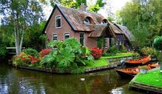 Giethoorn, Holland - a roadless village. Known as the Venice of the North, the old part of this village has no roads, so all transport must be done over the canals or the cycling path. Oh The Places You'll Go, Places To Travel, Places To Visit, Voyage Europe, Fairy Houses, Belle Photo, Dream Vacations, Vacation Destinations, Wonders Of The World