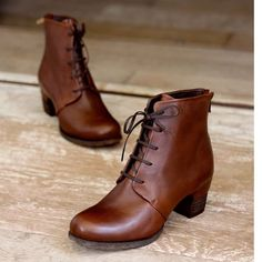 Cómodos, elegantes y con un toque masculino. Link in bio para ver la nueva cole… Comfortable, elegant and with a masculine touch. Link in bio to see the new collection of booties Vialis 👆🏻 boots Lace Up Ankle Boots, Leather Ankle Boots, Combat Boots, Heeled Boots, Shoe Boots, Fashion Models, Fashion Shoes, Fashion Outfits, Mode Shoes