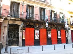 """TEATRO LARA (Madrid)  El teatro Lara es un vetusto teatro a la italiana construido en 1879 en el número 15 de la Corredera Baja de San Pablo del madrileño Barrio de Maravillas, en el entorno de lo que desde el último tercio del siglo XX se conoce como zona Malasaña. Fue inaugurado el 3 de septiembre de 1880. Entre los estrenos más importantes habidos en él, destacan """"Los intereses creados"""" de Jacinto Benavente (1907) y el ballet de Falla """"El amor brujo"""" en 1915.  Dispone de un aforo de 464…"""