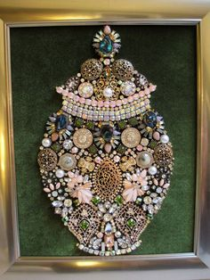 If you want to buy or collect vintage costume jewelry, learn what to look for and where to look. There is something for who is interested in vintage jewelry. Jewelry Christmas Tree, Jewelry Tree, Old Jewelry, Antique Jewelry, Vintage Jewellery, Jewelry Box, Jewellery Uk, Custom Jewelry, Jewelry Rings