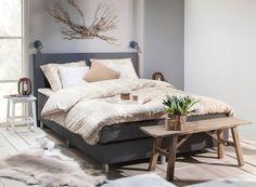Slaapkamer idee: Boxspring Alta met stoere houten elementen en accessoires.