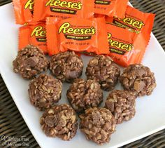 No Bake Krispie Reese's Cookies - these Peanut Butter & Chocolate Rice Krispies Treats take just minutes to make and taste amazing!!!