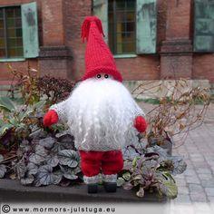 Tomtegubben framför stadens äldsta hus. Tomte (santa) visit the old town. Swedish handicraft.