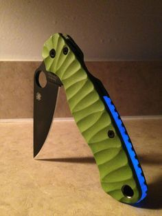 Spyderco paramilitary 2 with custom handles Spyderco Knives, Tactical Knives, Cool Knives, Knives And Swords, Bushcraft Gear, Stabilized Wood, Kydex Sheath, Best Pocket Knife, Edc Knife