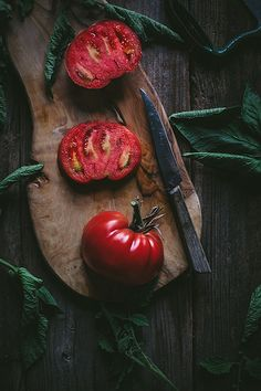 A Late Summer Heirloom Tomato Tasting Guide + Caprese Salad - Adventures in Cooking Fruit And Veg, Fruits And Veggies, Dark Food Photography, Heirloom Tomatoes, Learn To Cook, Raw Food Recipes, Food Pictures, Food Styling, Food Art