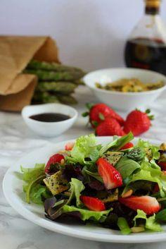 Due prodotti di stagione in un contorno diverso dal solito...Insalata con fragole, asparagi e frittatina al sesamo nero e semi di papavero. Oggi sul blog. https://ioechiaramella.wordpress.com/2017/05/18/insalata-con-fragole-asparagi-e-frittatina-al-sesamo-nero-e-semi-di-papavero #ioechiaramella #food #foodblogger #foodphotograpy #racconti #foodwriters #storytelling #insalata #asparagi #fragole #frittata #sesamonero #semidipapavero