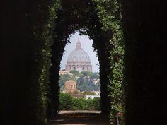 Rome-St. Pieter gezien (met zoom) door een sleutelgat bij Piazza Cavalieri di Malta.