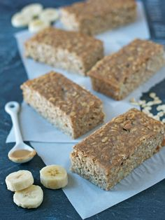 Peanut Butter Oatmeal Breakfast Bars with Banana and Honey. Healthy, filling, and absolutely delicious! #recipe #healthy