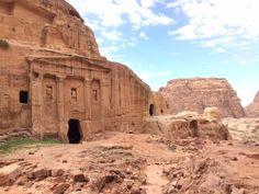 Karawanen-Stützpunkt vergangener Zeiten Petra ist ein Mythos, ein Geheimnis. Bekannt als phantastisch schöne, in Felsen gehauene, längst verlassene Stadt, Anziehungspunkt für Reisende aus aller Wel…