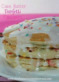 Cake Batter Funfetti Pancakes - Chocolate Chocolate and More! Would make a speacial birthday breakfast. Yummy Treats, Delicious Desserts, Dessert Recipes, Yummy Food, Tasty, Birthday Breakfast, What's For Breakfast, Birthday Cake Pancakes, Birthday Morning