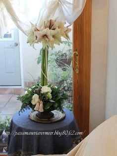 タッセルの使い方=フラワーアレンジメントの中に、「さりげなくタッセルが飾られています。   2011年クリスマスフェア・・・「Chez Mimosa」       http://passamaneriavermeer.blog80.fc2.com/         ~Tassel&Fringe&Soft furnishingのある暮らし~      フランスやイタリアのタッセル・フリンジ・ファブリック・小家具などのソフトファニッシングで、暮らしを彩りましょう