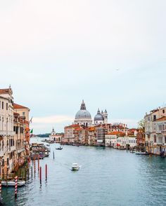 """Breve storiella. """"Venezia è bella ma non ci vivrei"""" disse la fashion blogger cercando invano di lisciarsi i capelli arruffati dall'umidità veneziana. Fine. #veneziatraibigoi - -  #awesomeearth #bestvacations #earthfocus #beautifulmatters #awesome_earthpix#passionpassport #exklusive_shot #agameoftones #beautifuldestinations #topeuropephotos #awesomepix #travelawesome #discoverglobe #canonitalia #comeandsee by thererumnatura"""