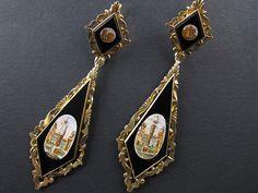 Paio di antichi orecchini in oro giallo con micro mosaico su fondo di smalto nero. Italia 1880. Lunghezza 9.5 cm