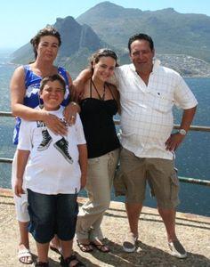 © Das Familienglück Viana ist innerhalb weniger Stunden komplett zerstört worden. Der 12-jährige Junge Amaro wurde in der Badewanne ertränkt, die Mutter Geraldine vergewaltigt und der Vater Tony gefoltert. Im Anschluss sind beide Eltern erschossen worden. Das Kind hat die Ermordung miterleben müssen. Die Halbschwester Gabriela C. befand sich während der Tat nicht im Haus in Walkerville, da sie nach eigenen Recherchen in Miami (USA) wohnt. Beschuldigt werden drei Hausangestellte der Familie…