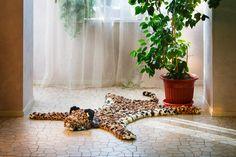 Этот теплый леопард не только украшает интерьер, но и делает его более функциональным. На коврике приятно сидеть и на нем могут играть дети. #помпон #пумпон #тепло #уют #вязание #ручнаяработа #fashion #home #handmade #уют@artpompon