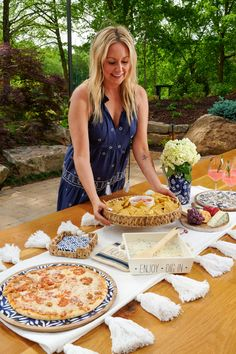 Set the table for the perfect outdoor party this summer! #mudpiegift #outdoorparty #summerentertaining