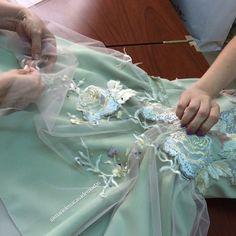 Cuidamos de cada detalle... Colocación de apliques en vestido... #moda #machala #modaecuador #modamachala #madeinecuador #marielenamodas #modaecuatoriana #marcaecuatoriana #fabric #fashion #fashiondesigner #vestidos #vestidodefiesta #vestidoalamedida #dress #details #dresses #diseñoecuatoriano #detalles #hechoamano #hechoenecuador #atelier #altamoda #altacostura #randa #renda #bordados #flowers #tulle #eloro