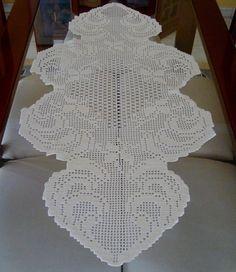 Caminho de mesa em crochê filê, confeccionado com linha Pingouin 1000,  cor 4 (bege)
