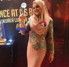 Dato' Siti Nurhaliza Terima Anugerah Outstanding Singer Of The Year Arab Girls Hijab, Girl Hijab, Siti Nurhaliza, Singer, Formal Dresses, Chic, Model, Star, Beauty