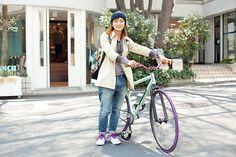 久世 律さん(28歳・モデル)   ピスト歴は7年、他にもBMXやシングルなどを所有する大の自転車好きというりつさんは、なんとバイシクルアドバイザーの肩書きをもつモデルさん。「男性には自分に合ったカスタムバイクに乗って欲しいな」。  http://ameblo.jp/ritsu-kuze/(外部リンク)