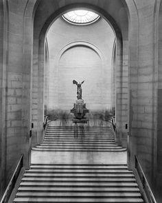 Matthew Pillsbury -La Victoire de Samothrace...La Musee du Louvre