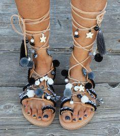 Sandalias de cuero griega hecha a mano por encargo. Cordones de cuero para sutura manual de sandalias con pulseras de la amistad y pompones en los clásicos de tiempo todos blancos y negros. Están decoradas con perlas, piedras de semipricious y borlas. El diseño de sandalias Tahitian negro se basa en la famosa perla negra de Tahití que se encuentran en mares tropicales en el Océano Pacífico. tamaños disponibles EU____..... 35... 36... 37... 38... 39... 40... 41... 42 U.K.___...... 2....3-3...
