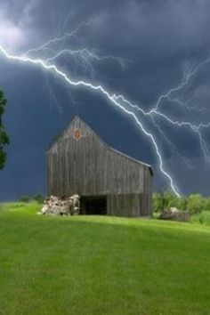 Lighting Storm Over a Barn. Somehow I don't think I would have thought to stand out in the middle of a field during a storm like this to take a picture. However, it is quite an impressive photo. Tornados, Thunderstorms, Country Barns, Old Barns, Country Life, Cool Pictures, Cool Photos, Beautiful Pictures, Lighting Storm
