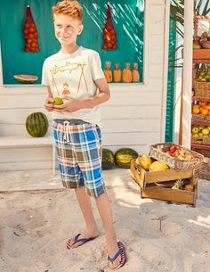 Diese Shorts in leuchtenden Farben freuen sich schon auf einen tollen Tag am Strand. Die elastische Taille verleiht ihnen eine bequeme Passform, sodass man sie den ganzen Tag tragen kann. Wir haben sie auch aus robustem Gewebe hergestellt, das das Besteigen von Booten und Sandburgen bauen am Strand problemlos aushält.
