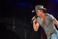 Graciously indulging his fans' selfie-mania, Tim McGraw thrilled a raucous, sold-out crowd at Red Rocks last night. Country Love Songs, Best Country Music, Country Music Stars, Country Music Singers, Country Boys, Tim And Faith, Tim Mcgraw Faith Hill, Red Rock Amphitheatre, Jake Owen