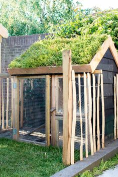 Eigen Huis & Tuin: a rural garden with chickens and lots of greenery Tanja van Hoogdalem Garden Cottage, Garden Club, Shed Conversion Ideas, Home And Garden Store, Chicken Coop Designs, Alpine Plants, Building A Chicken Coop, Organic Gardening Tips, Easy Garden