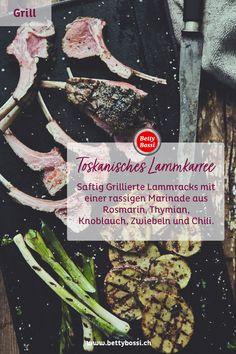 Grillierte Lammracks mit einer rassigen Marinade aus Rosmarin, Thymian, Knoblauch, Zwiebeln und Chili. Und der Clou: gleichzeitig werden die Kartoffeln und Bundzwiebeln sanft grilliert. Barbecues, Chili, Cooking, Food, Meat, Potato, Barbecue Recipes, Garlic, Tips And Tricks