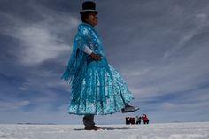 A maior diversão no deserto de sal é fazer fotos criativas. Em Salar de Uyuni - Bolívia