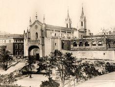 Iglesia de los Jerónimos en 1929, con los restos del claustro del antiguo monasterio