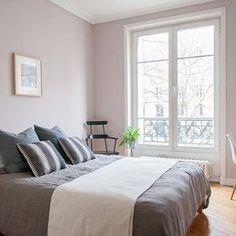 Peignoir van Farrow and Ball is een chique grijsteint met een vleugje oud roze. Prachtig voor in een slaapkamer. Geeft net wat extra maar houdt de rust.