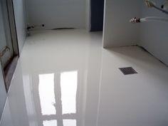 Hvidt epoxygulv på badeværelse