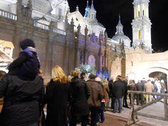 Grupo de visitantes en el Belén de la Plaza del Pilar