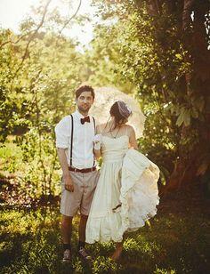 Marié en short, bretelles et noeud papillon. Photo de Dan O'Day.