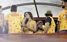 Alinne Moraes fuma em camarote da sapucaí
