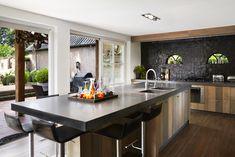 De keuken van Tinello's vaste kok, Riny van den Oord is een combinatie van levendig eikenhout en mooi gevlamd lavasteen.