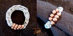 Πλεκτό δακτυλίδι από σύρμα χαλκού βαμμένο σε εκρού χρώμα, και χάντρες.