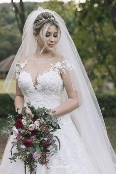 Todos os detalhes do vestido de noiva, bouquet, penteado e decoração do casamento da Niina Secrets