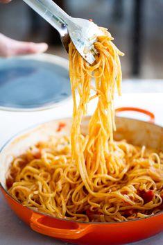 Esta pasta con tomate y cebolla es una delicia y lo mejor es que está lista en 10 minutos. Esta pasta con tomate es perfecta para esos días que tienes mucha prisa o tienes ganas de algun platillo delicioso, fácil y que sea recomfortante.