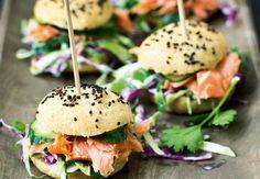 Sliders er en populær miniudgave af burgeren – både til aften og som snack. Vi skifter oksebøf ud med varmrøget laks og en sprød og spicy kålsalat. Det bliver de små burgere kun endnu bedre af. Sandwiches, Mini Burgers, Snack Recipes, Healthy Recipes, Afternoon Tea, Finger Foods, Food Inspiration, Love Food, Creme