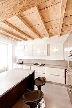 BRANDO concept  | cucina moderna isola snack sgabello cucina kitchen minimal white bianco acciaio piano gres soffitto legno