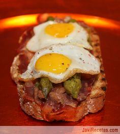 Tostada de jamón , espárragos y huevos de cordorniz.