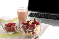 Pourquoi il est important de déjeuner Chocolate Fondue, Acai Bowl, Raspberry, Fruit, Eat, Breakfast, Healthy, Desserts, Food