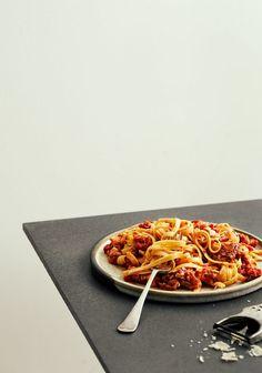 Sauce tomate au poisson & aux herbes - Trois fois par jour Pizza, Keto, Fish, Sauces, Table, Inspiration, Tomatoes, Bon Appetit, Envy