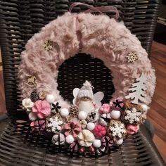 Tündérkés karácsonyi kopogtató Pink Christmas Decorations, Christmas Angel Ornaments, Christmas Diy, Holiday Wreaths, Holiday Fun, Holiday Decor, Diy And Crafts, Textiles, Creative