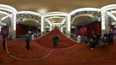 360-Grad-Video bei den Oscars Laufen Sie über den roten Teppich! Als Normalsterblicher ist ein Gang über den roten Teppich bei der Oscar-Verleihung nahezu unmöglich. Dank moderner 360-Grad-Videotechnik können wir Sie aber virtuell mitnehmen, vorbei an der Tribüne des Dolby Theatre bis hin zur Treppe, die die Welt bedeutet, hoch ins Auditorium.