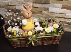 Velikonoce Basket Flower Arrangements, Easter Table Decorations, Easter Centerpiece, Easter Flowers, Easter Parade, Easter Wreaths, Spring Crafts, Easter Baskets, Easter Crafts